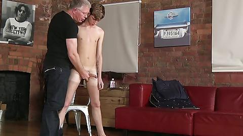 видео старый мужик порет молодую